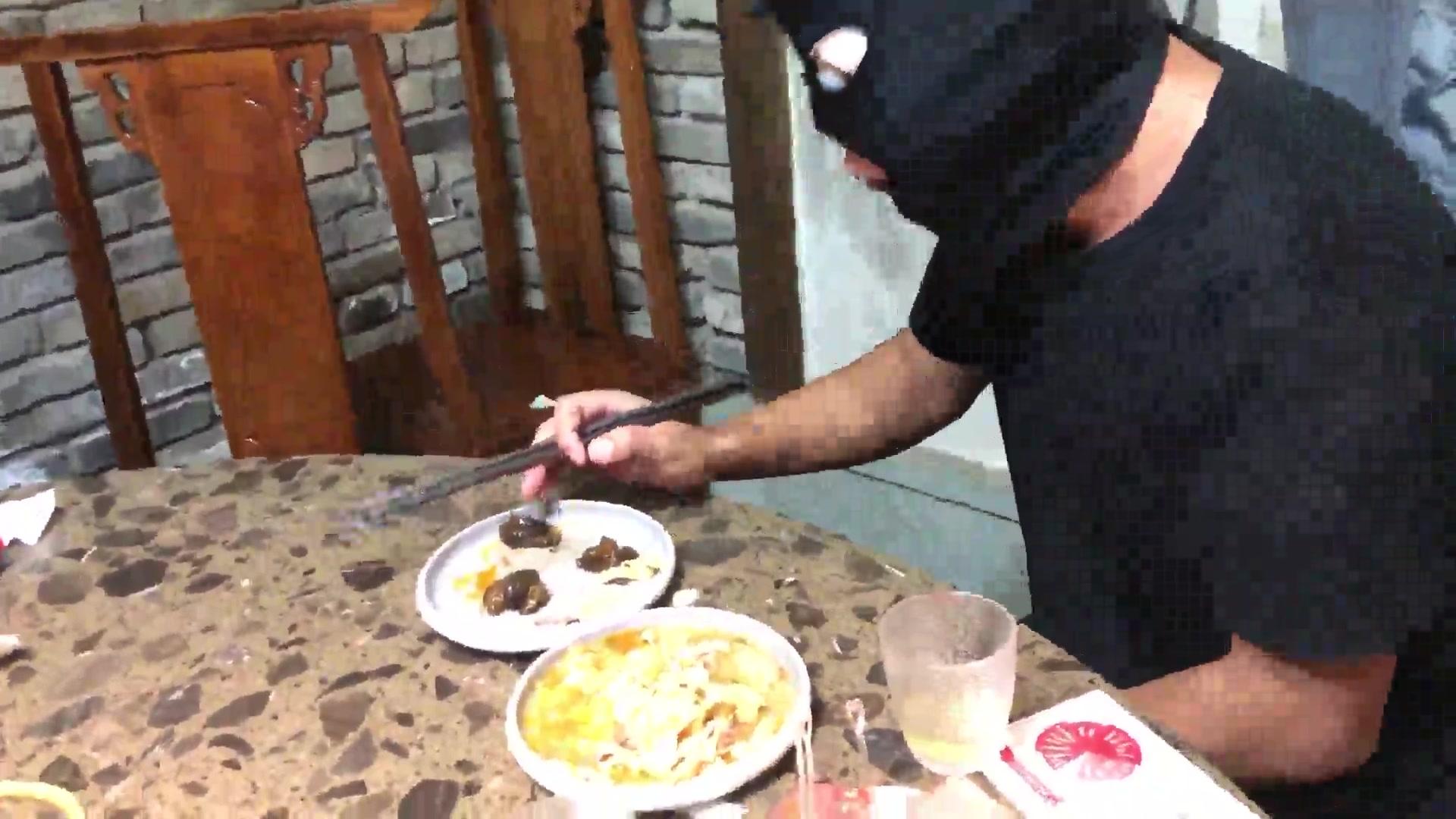 Outdoor hot pot restaurant, golden holy water, saliva, vomit, language humiliation, verbal abuse